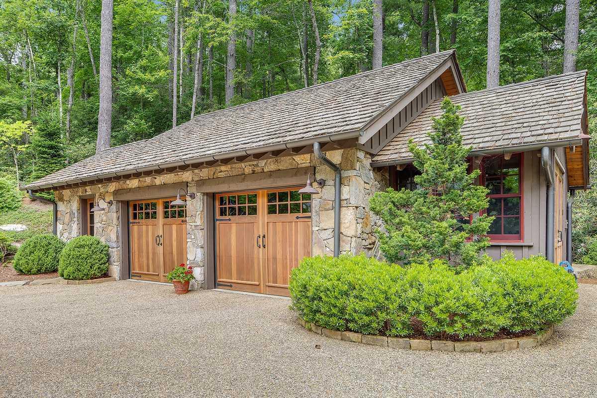 Lonesome Valley exterior garage